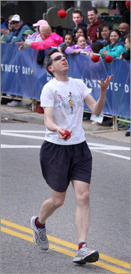 Juggling and running? This marathoner shows off his own unique brand of cross-training after crossing the starting line.