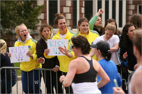Students offer kisses to passing runners.