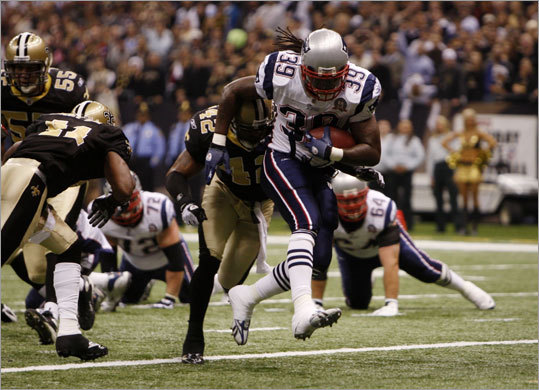 Patriots running back Laurence Maroney scored a first-quarter touchdown on fourth-and-1 t give the Patriots a 7-3 lead in the first quarter.