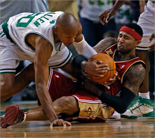 The Cavaliers' Mo Williams (right) battled Ray Allen for a second-quarter loose ball.