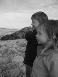 A photograph of 4-year-old Finn (left) and 2-year-old Charlotte Mortimer (right)