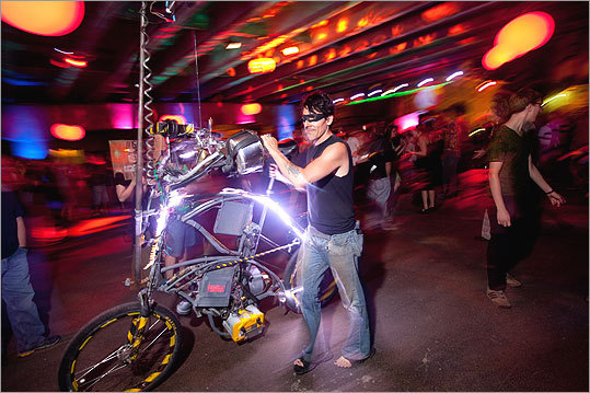 'Skunk' of the bike club SCUL rode his bike to the Project MUM party.
