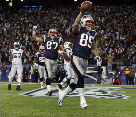 Aaron Hernandez increased the Patriots' lead with a one-yard touchdown catch in the fourth quarter.