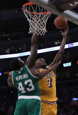 Lamar Odom of the Lakers drove to the basket past Kendrick Perkins.