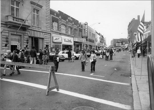 People came on foot to see a Malden auto show in October 1970. ''Twenty to thirty years ago the foot traffic was so heavy you couldn't walk down Pleasant Street,' said Albert Sparks, owner of Sparks, a 90-year-old shopping institution.
