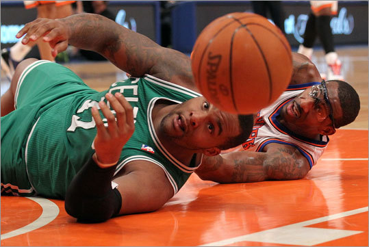 Game 4: Celtics 101, Knicks 89 Celtics forward Glen Davis and Knicks forward Amar'e Stoudemire took their game to new lows in the first quarter.