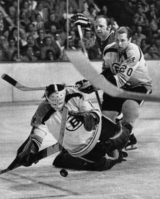 1974: Bruins take down the Blackhawks In the only full year of coach Bep Guidolin, the Bruins won their division with a record of 52-17-9. Led by Bobby Orr, Phil Esposito and Ken Hodge, the Bruins rolled through the Maple Leafs in he first round and beat the Blackhawks in six games in the conference finals before losing to the Flyers in six games in the Stanley Cup.