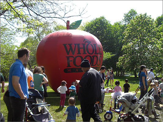 A giant apple adorned the Esplanade near the Kid's Planet stage, which featured kid-friendly music.