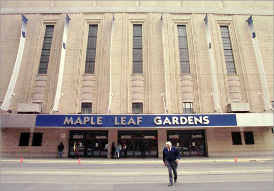 Cup goes missing The original bowl and collar of the trophy were placed in the Hockey Hall of Fame after the Toronto Maple Leafs won the Cup in 1962. In 1970, those original portions of the Cup were stolen and went missing for seven years, only to turn up in Toronto following an anonymous tip.