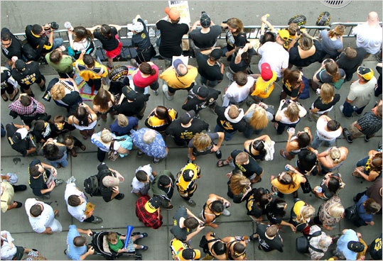 Boston-6/18/11- During the Bruins rolling rally, fans lined the sidewalk of Boylston Street at Arlington Street.