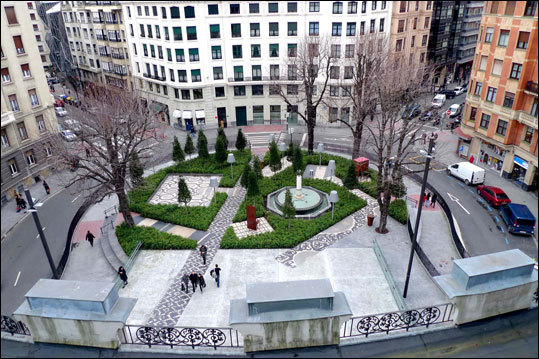 The view from the roof of the AlhóndigaBilbao reveals a small park and plaza, also designed by Starck, that is an amusing précis of several garden styles.
