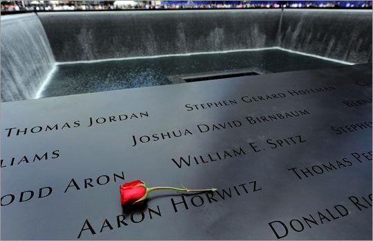 A única rosa repousa em cima de uma lista de nomes inscritos em volta da piscina do Norte.  Veja imagens de cerimônias em todo o mundo, incluindo em Nova York, Pensilvânia e em Washington, DC-área.