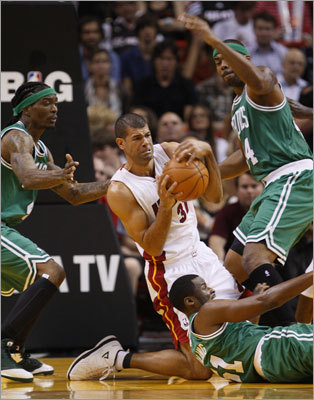 Heat forward Shane Battier (center) battled Marquis Daniels (left), Keyon Dooling (front) and Chris Wilcox for possession of a loose ball in the first half.