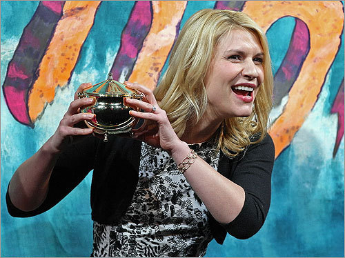 Ask Claire Danes to draw name out of the Hasty Pudding Pot? #HowCambridgeShouldPickaMayor — Jan Devereux (@jandev) January 26, 2012 Danes showed off her Pudding Pot during Harvard's Hasty Pudding Theatrical's 2012 Woman of the Year ceremony.