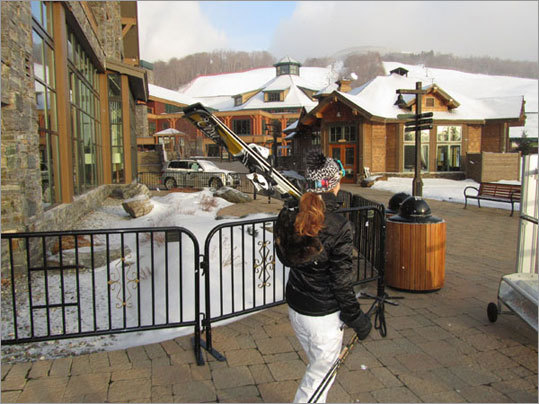 Après Ski at Stowe – The new Spruce Camp is lively after skiing with s'mores by the outdoor fire pits, live music in the Spruce Camp Base Lodge, in the Hourglass Lounge, and at the Midway Lodge most weekends.