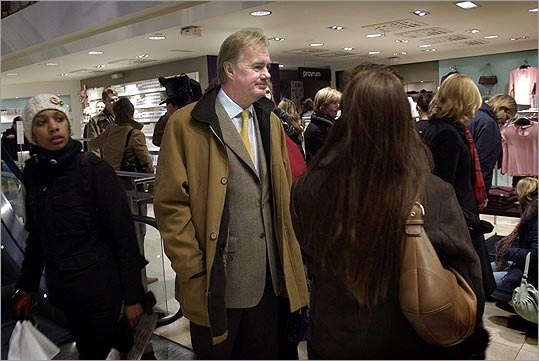 12. Stefan Persson Estimated net worth: $28 billion Persson (right) is chairman of clothing company Hennes & Mauritz, H&M. Forbes profile 11. Christy R. Walton and family Estimated net worth: $28.2 billion Walton was the richest woman on the Bloomberg list of billionaires in 2012. Walton is the widow of John Walton, a son of Walmart founder Sam Walton. Forbes profile