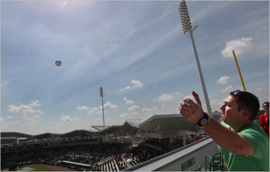 A fan tried -- and failed -- to make a one-handed grab of a batting practice home run ball atop the Green Monster.