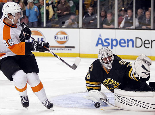 Tim Thomas blocked a shot by the Flyers' Danny Briere to give the Bruins a 3-2 win in a shootout.