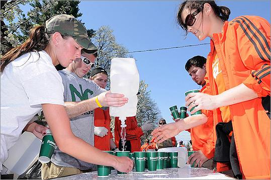 Volunteers prepared cups of water for runners.