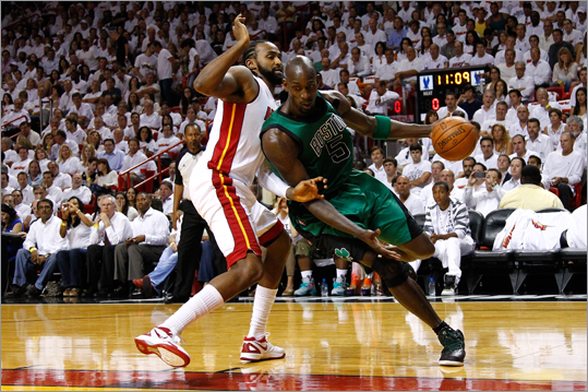 Kevin Garnett drove in the first quarter against Ronny Turiaf.