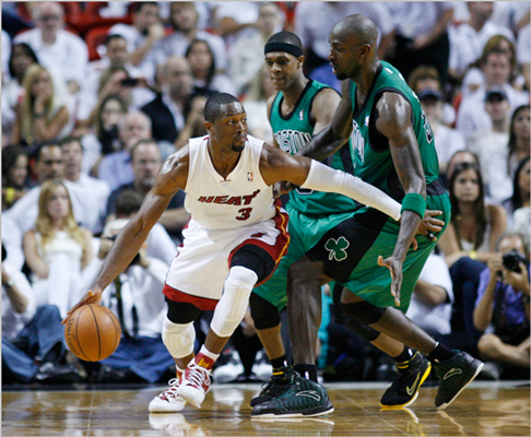 Dwyane Wade tried to get past Kevin Garnett and Rajon Rondo in the third quarter.