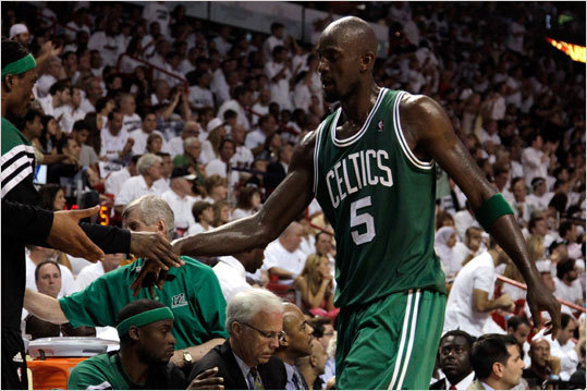 Kevin Garnett slapped hands with his teammates as he walked off the floor in the second quarter.