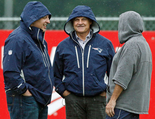 Patriots head coach Bill Belichick (right) talks with former St. Louis Cardinals manager Tony LaRussa (center) and Chicago Bulls head coach Tom Thibodeau, during practice in Foxborough.