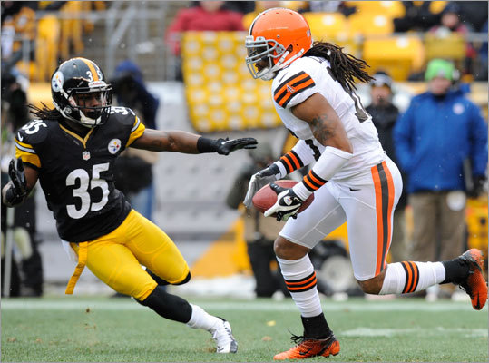 Josh Cribbs, WR Famous for his electric kick returns with the Browns, Cribbs is going to hit free agency after eight seasons in Cleveland. Over the years with the Browns, Cribbs' role evolved from being solely a return man to a receiving and rushing threat as well. But in 2012, he was primarily a returner again, catching only seven passes for 63 yards and getting only six rushing attempts. He had a career high 41 receptions and 518 yards for four touchdowns in 2011. In 2009 he ran the ball more (59 attempts) than catching it (20 receptions). He has averaged 25.9 yards per kick return in his career and 11.0 yards per punt return. He could help the Patriots' lethargic return game.
