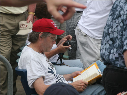 Author and Red Sox fanatic Stephen King can't put down a good book, even while the Sox are playing right in front of him.