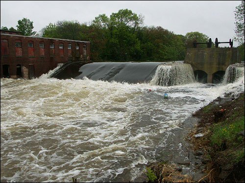 Art Otremba sent this photo of the falls in Dracut by Lakeview Avenue.