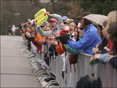 2007 Marathon photos from Wellesley College: the 'Screech Tunnel.'