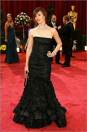 Jennifer Garner's strapless Oscar de la Renta was a stunning example of the designer's ability to make complicated layers look simple.