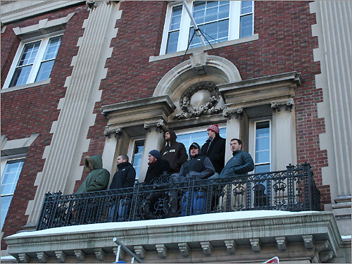 Opting for a birds-eye view of Renée Zellweger, a crowd gathered on the balcony of a nearby building.