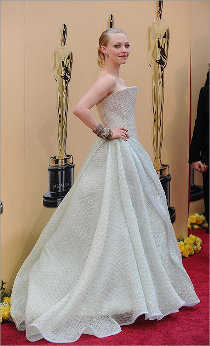 With the emphasis off of color, design and detail became the star. Amanda Seyfried , also in Armani Privé, showed that even a neutral color can make a big impact. Between the Lady Gaga Grammy parade and his successes at the Oscars, Armani is ruling the red carpet this season. And the Italian domination extended to Versace.