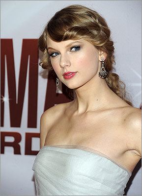 Country-pop starlet Taylor Swift knows how to work the red carpet.