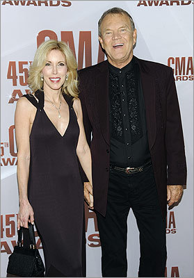 Country legend Glen Campbell and his wife, Kim, arrived to the show. The show featured a star-studded tribute to Campbell by Brad Paisley, Keith Urban, and Vince Gill.