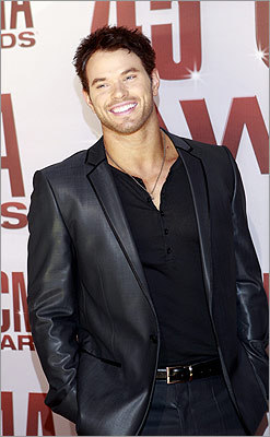 'Twilight' actor and presenter Kellan Lutz let out a smile.