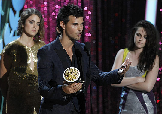 Taylor Lautner (center) took to the microphone to thank fans.