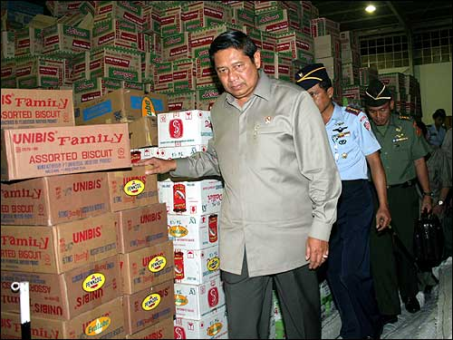 Indonesian President Susilo Bambang Yudhoyono inspects supplies in Medan, North Sumatra, before they are sent to the tsunami-hit Aceh province.