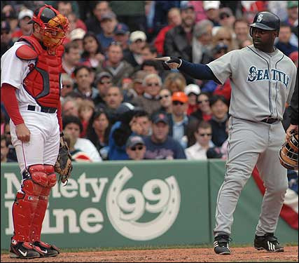 In the sixth, Carl Everett put the Mariners ahead with a two-run homer. He pointed at former teammate Varitek as he crossed the plate.