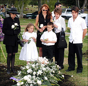 'La Viuda de la Mafia' stars Carolina Gomez (center, in black dress), a former Miss Colombia. In an early episode of the popular soap opera, a mob boss was buried.
