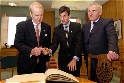 Mitchell Reiss (center), President Bush's special envoy to Ireland, flanked by Irish Prime Minister Bertie Ahern (left) and James C. Kenny, US Ambassador to Ireland, in Dublin in February 2004.