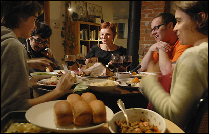 Annatina Caprez, from Switzerland, Edgar Pedroza, of Houston, Tex., hostess Kate James, Lucas Gross, from Switzerland, and Sofia Ponte, of Portugal, left to right, have thanksgiving dinner on Sunday, Nov. 12, 2006.