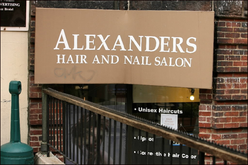 "This salon is for a bunch of Alexanders (plural), without an apostrophe between the ""r' and ""s"" to make the name possessive."