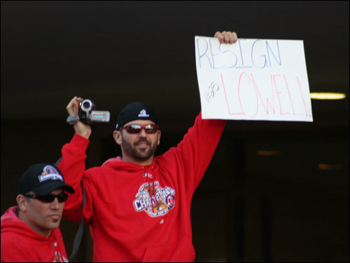 David Cunningham caught Jason Varitek holding up this view about teammate and World Series MVP Mike Lowell.