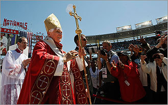 Pope celebrates first public Mass of US trip at Washington stadium