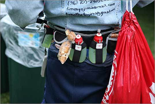 This runner stocked his belt with snacks and drinks for the race.