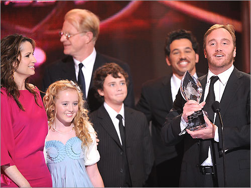 Actor Jay Mohr (far right) and fellow cast members accept the award for favorite new TV comedy for 'Gary Unmarried' during the 35th Annual People's Choice Awards held at the Shrine Auditorium on January 7, 2009 in Los Angeles