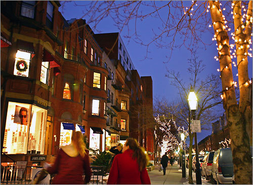 If the weather is good, it's rewarding to walk from one end of Newbury Street to the other, ambling through bookstores, boutiques, art galleries, and enjoying the cafes on this fashionable stretch of Back Bay.