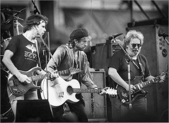 Embrace diversity The Grateful Dead was made up of a bunch of people with widely diverse musical backgrounds. That helped them combine their sounds into something that was unique. They demonstrate the value of looking beyond the same old industry talent pools to get the best people. Pictured: Bob Dylan (center) joins the Grateful Dead on stage at a 1987 concert in Foxborough.